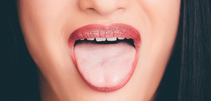 ¿Por qué se pone blanca la lengua?