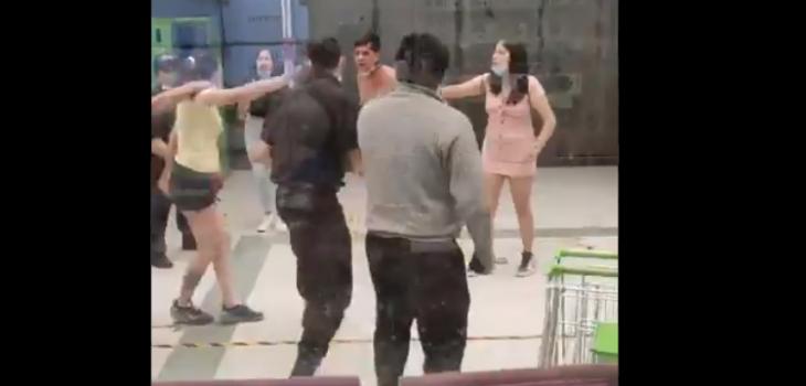 Dos guardias heridos y un detenido deja riña en supermercado Tottus de Colina