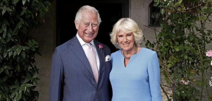 Príncipe Carlos y su esposa Camilla recibieron primera dosis de la vacuna contra el COVID-19