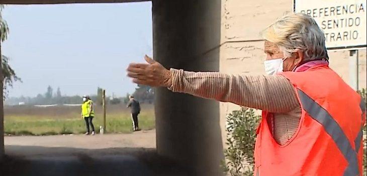 mujer de 82 años dirige el tránsito para poder sobrevivir