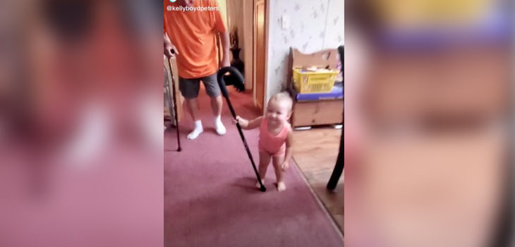 bebé imita a su abuelo