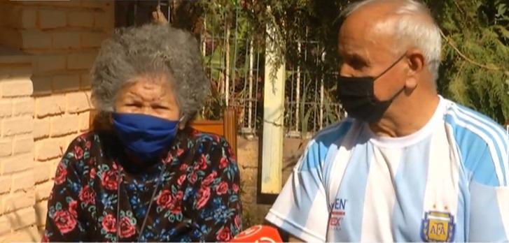 Conserje de 81 años cuida a su esposa
