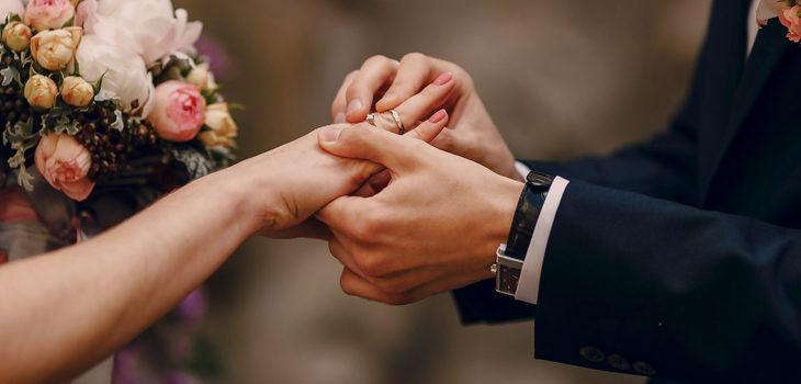 pareja se casa en un avión para evitar restricciones por pandemia