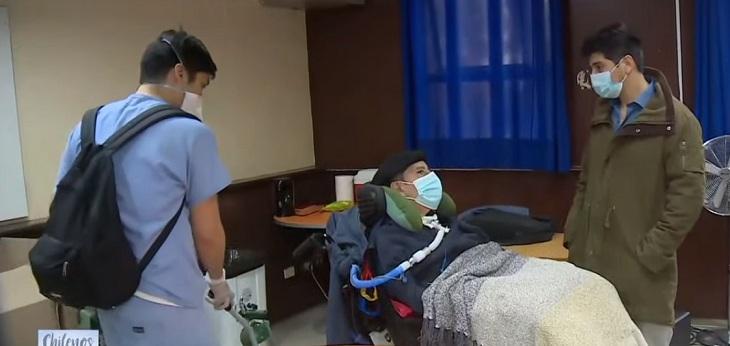 paciente con ELA llega a votar en Las Condes