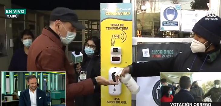Neme bromeó con estado de termómetro en local de votación de Maipú