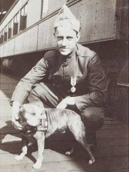 Captura   Robert J. Conroy junto a Stubby