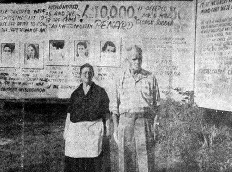 Captura | El matrimonio Sodder nunca quitó del predio de la casa el gigantesco cartel con las fotos de sus hijos desaparecidos
