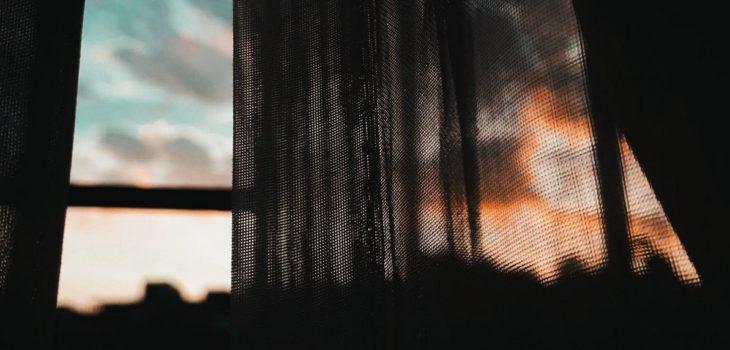 niño muerte asfixia cortina