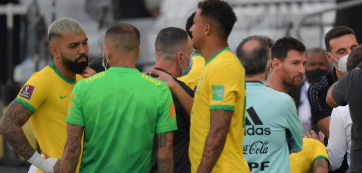 Jugadores argentinos abandonan cancha en partido con Brasil